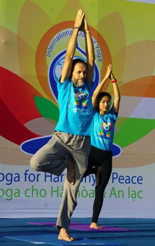 Urs Bodmer, chuyên gia Yoga Ấn Độ, thường được người tập Yoga ở Nha Trang gọi là ông Út hướng dẫn đồng diễn tư thế cây (vakssasana)