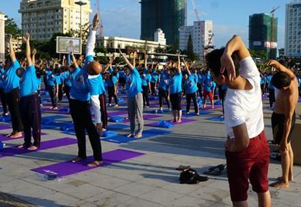 Ông Jeevan Chandra Kandpal tham gia đồng diễn Yoga
