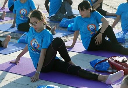 Bé Hoàng Linh, 12 tuổi với tư thế vặn xương sống (vakrasana)