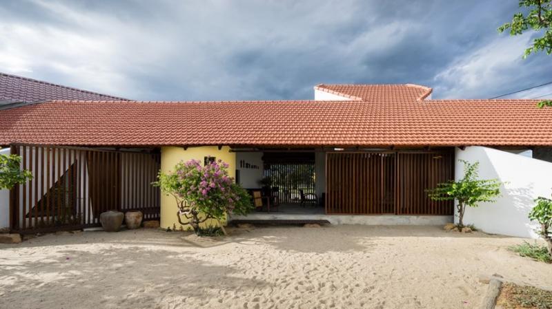 Ngôi nhà gây ấn tượng mạnh từ cái nhìn đầu tiên bởi mái ngói đỏ tươi và bức tường gấp khúc tạo thành góc 45 độ.