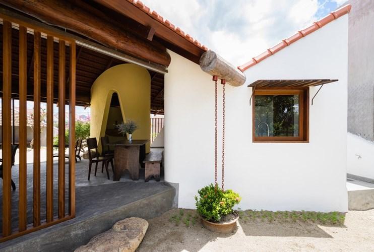Khoảng cách giữa các khối nhà tạo nên khoảng không gian đa chức năng đồng thời hình thành nên một mối liên hệ chung cho toàn bộ ngôi nhà.