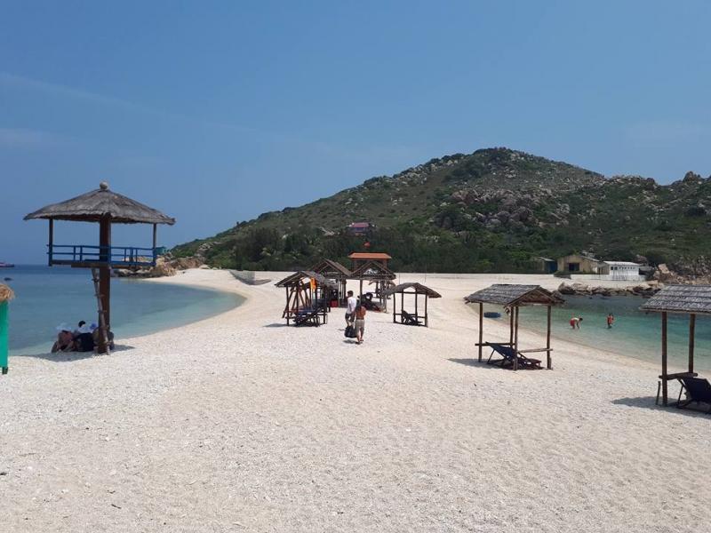Trên bãi cát là những hàng ghế cho du khách nghỉ chân, thoả thích ngắm nhìn cảnh biển. Hoang Tuyen