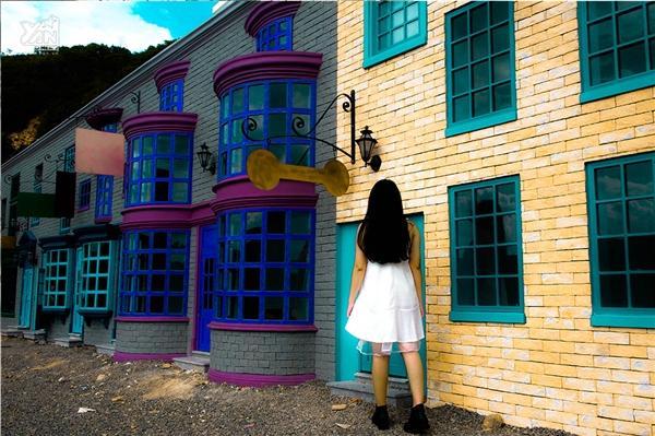 Giữa muôn ngàn ô cửa kính, bạn sẽ ngỡ như mình đang lạc ở một con phố phương Tây cổ nào đó!