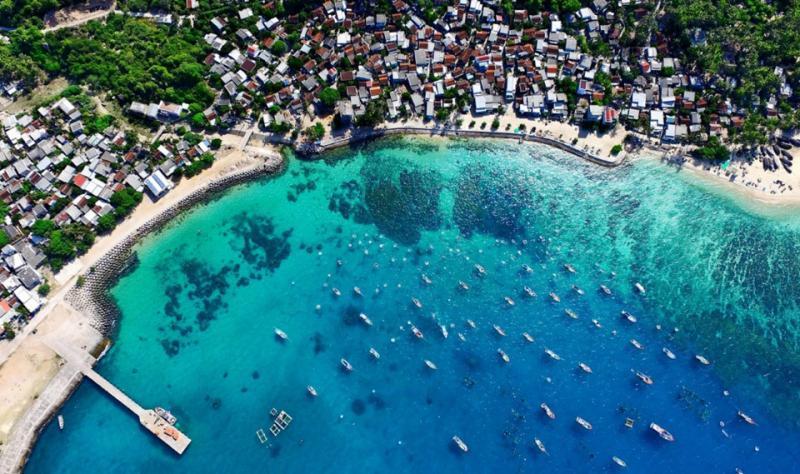Đúng như tên gọi, Cù Lao Xanh (Bình Định) là một hòn đảo đẹp như tranh vẽ với màu xanh chủ đạo, trải dài từ những ngọn dừa đong đưa trong gió, lan tỏa trên những cây bàng non chạy dọc bờ biển và ngút ngát trên mặt biển mênh mang bất tận. Nơi đây được ví như