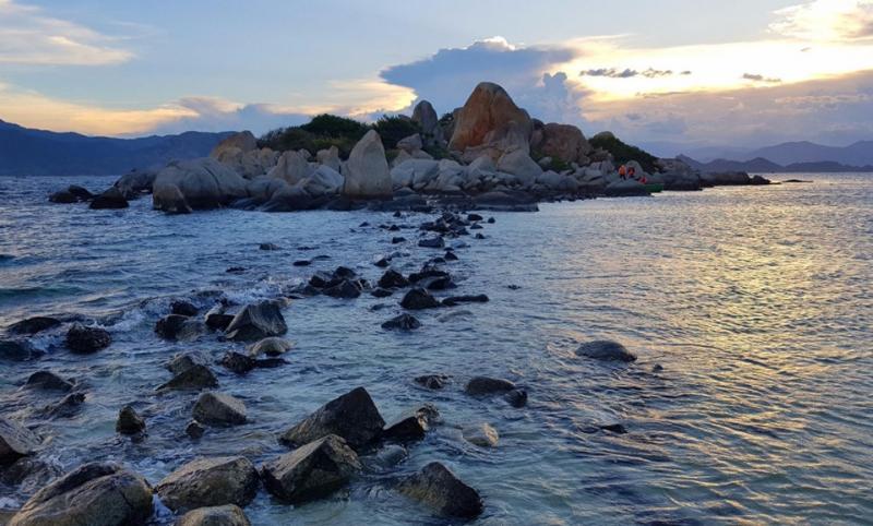 Những người yêu du lịch đều cho rằng đảo Bình Ba (Khánh Hòa) là nơi xứng đáng để trải nghiệm một lần trong đời. Chỉ cách cảng Cam Ranh khoảng 15 km, hòn đảo nhỏ hoang sơ và trong lành sẽ trở thành chốn bình yên cho những người cần sự tĩnh lặng trong tâm hồn. Không những thế, lòng nhiệt tình, mến khách của người dân và nguồn hải sản phong phú tại đây là điểm cộng để chuyến đi của bạn thêm hoàn hảo. Ảnh: Thành Em.