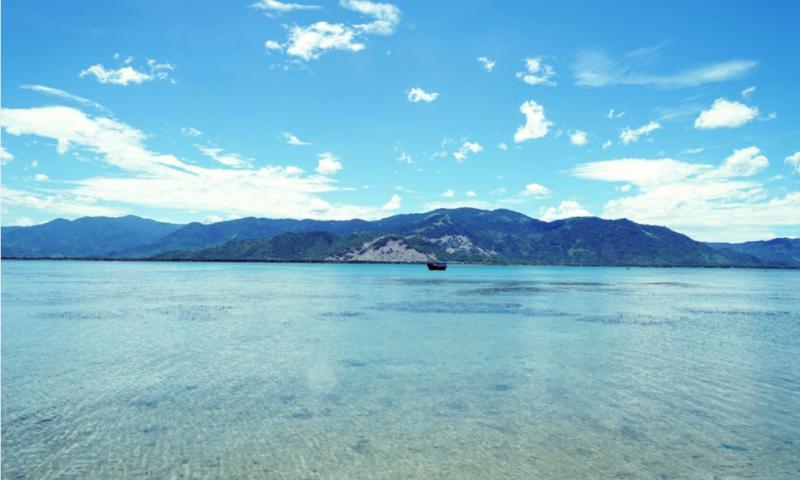 Cũng tại Khánh Hòa, đảo Điệp Sơn thu hút sự tò mò của du khách nhờ con đường trên biển độc đáo. Đây còn là chốn thiên đường với vẻ đẹp non nước hữu tình, hài hòa giữa biển trời trong xanh và những dãy núi, là món quà quý giá thiên nhiên ban tặng cho dải đất hình chữ S. Ảnh: Nguyen Long.