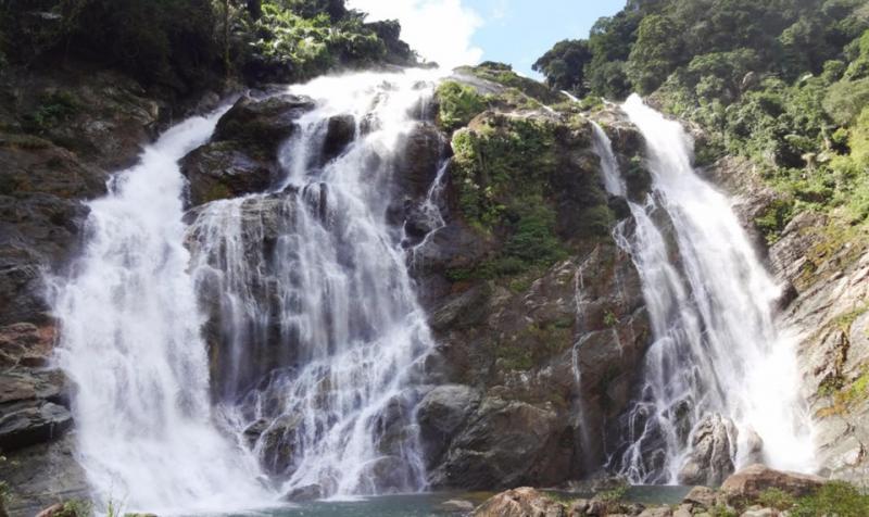 Nằm giữa vùng núi Trường Sơn trùng điệp, thác trắng Minh Long (Quảng Ngãi) hoang sơ và hùng vĩ chưa quá phổ biến với du khách. Gần đây địa danh được phát triển thành khu du lịch sinh thái, nghỉ dưỡng, điểm đến hấp dẫn với các phượt thủ vì địa hình hiểm trở. Ảnh: Dung Lam.