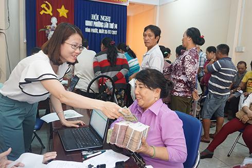 Người dân nhận tiền bồi thường, hỗ trợ.