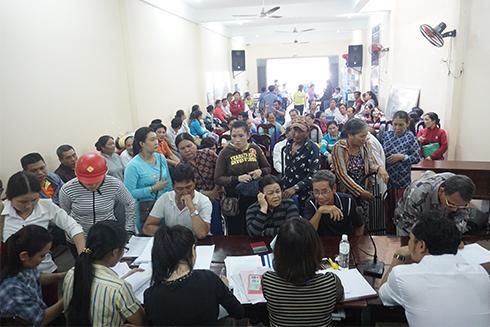 Trung tâm Phát triển quỹ đất TP. Nha Trang tiến hành chi trả tiền bồi thường, hỗ trợ.