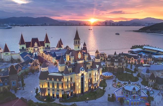 Các hạng mục mới tại Vinpearl Land Nha Trang hiện lên lung linh trong ánh hoàng hôn.