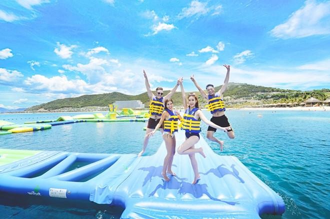 Vịnh Phao Nổi là địa điểm hút chân du khách trẻ.