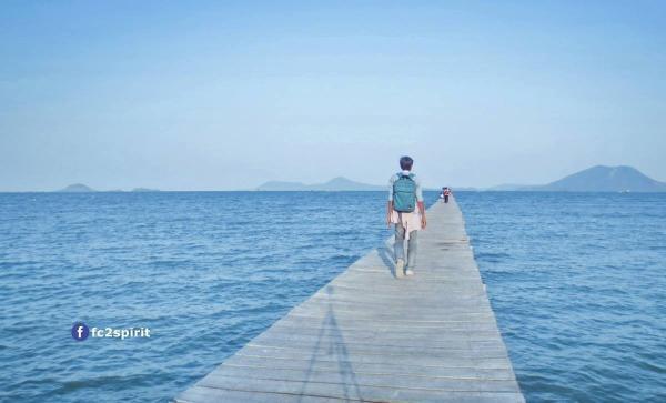 Đi mãi đi mãi trên cây cầu tưởng chừng như dài vô tận. (Nguồn: fc2spirit)