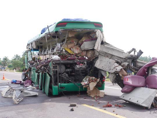 Xe khách bị hỏng nặng sau vụ tai nạn