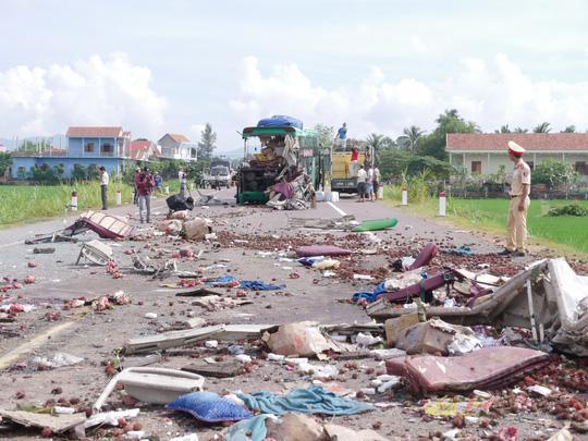 Nhiều vật dụng trên xe khách rơi vãi xuống đường sau vụ tai nạn
