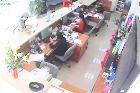 Các hình ảnh do camera an ninh ghi hình đối tượng nghi vấn rút tiền trong các vụ lừa đảo