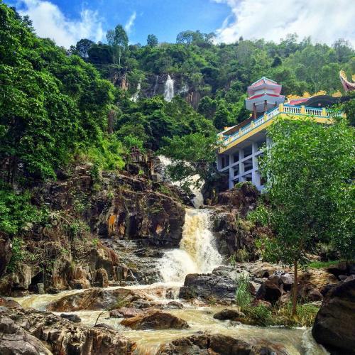 Thác nước đổ ở chùa Suối Đỗ. (Nguồn: batcula_)