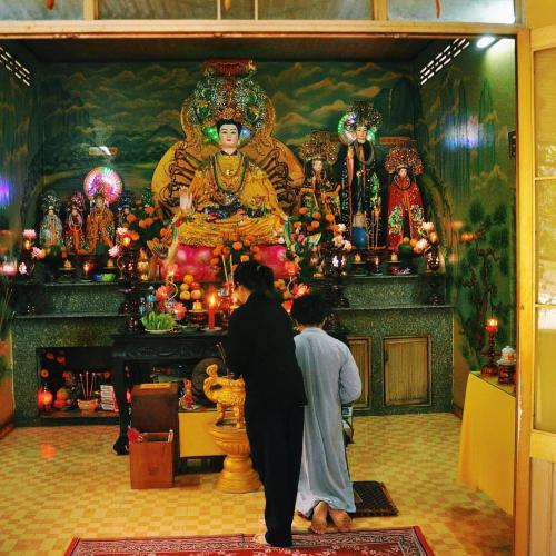Ngôi chùa nổi tiếng linh thiêng nên được nhiều du khách lui tới. (Nguồn: byjetpack)