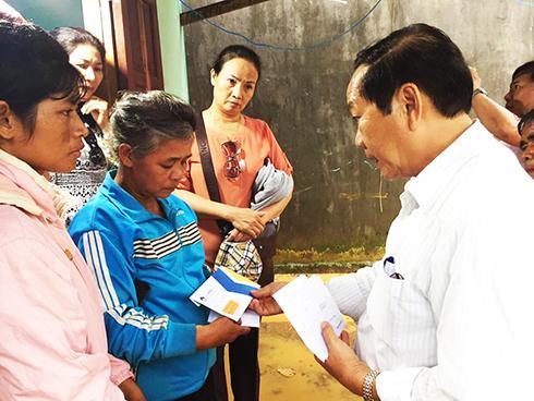 Trao tiền cho gia đình các nạn nhân trong vụ nổ ở Khánh Sơn