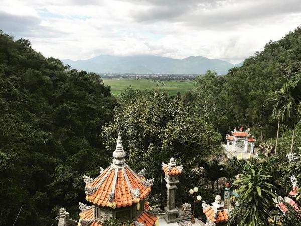 Thưởng ngoạn cảnh đẹp trên chùa Suối Đỗ. (Nguồn: ttrang1206)