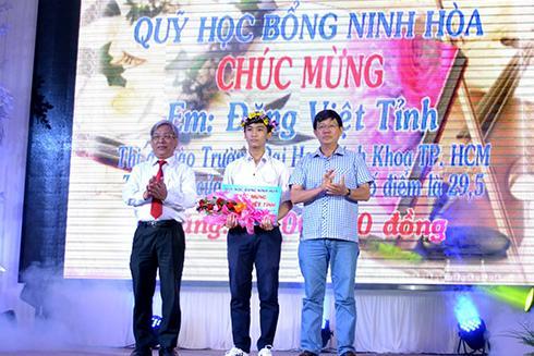 Ông Lê Xuân Thân (bìa trái) cùng lãnh đạo thị xã Ninh Hòa trao phần thưởng cho em Đặng Việt Tỉnh.