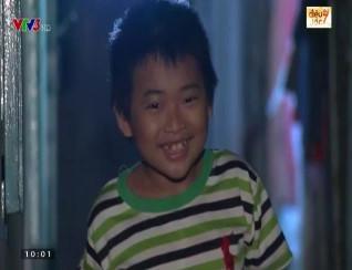 Nụ cười luôn nở trên đôi môi của cậu bé tật nguyền. Ảnh cắt từ clip.