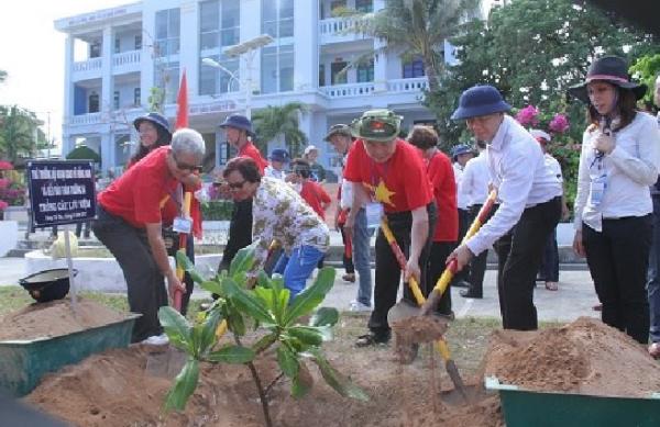 Đoàn kiều bào trồng cây lưu niệm tại đảo Song Tử Tây.