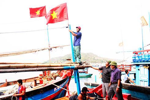 Ngư dân vẫn ra khơi bám biển mặc dù còn gặp nhiều khó khăn.