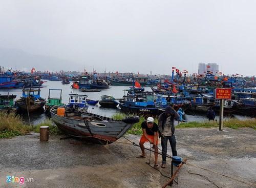 Ngư dân Sầm Sơn di chuyển thuyền bè lên bờ tránh sóng đánh vỡ. Ảnh: Zingnews.