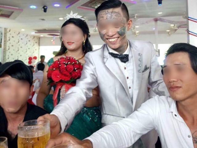 Chú rể xăm trổ đầy mặt xuất hiện trong đám cưới. Ảnh chụp màn hình.