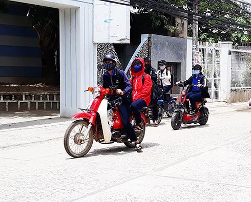 Học sinh một trường THPT ở TP. Nha Trang đi học bằng xe máy