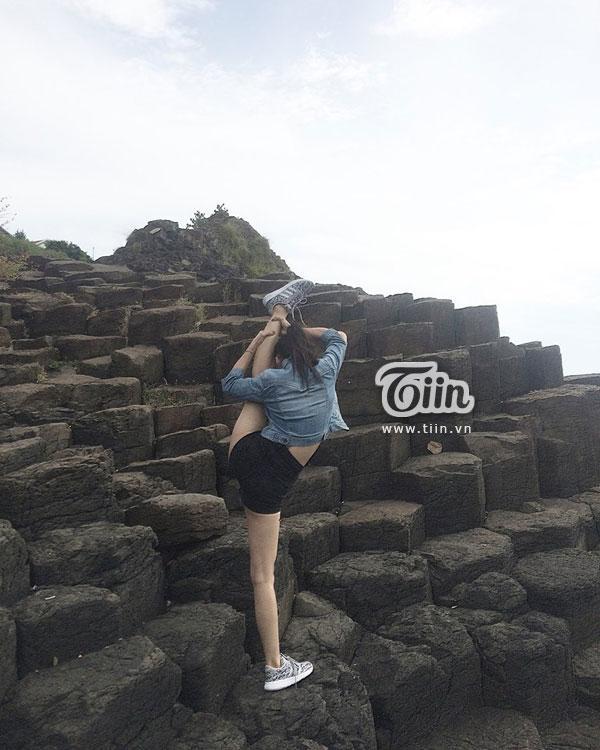 Thay vì chụp ảnh selfie đơn điệu, cô gái này đã thể hiện khả năng uốn dẻo của mình ở khắp mọi nơi.