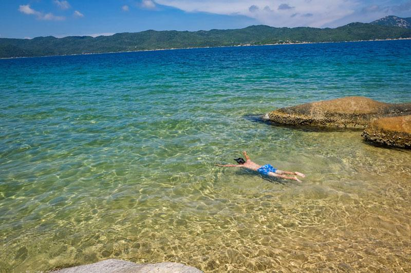 Đảo Hòn Lớn hiện vẫn còn là hòn đảo rất hoang dại, phủ đầy núi rừng và các bãi biển tuyệt đẹp không dấu chân người. Ảnh: Xuân Tiến.