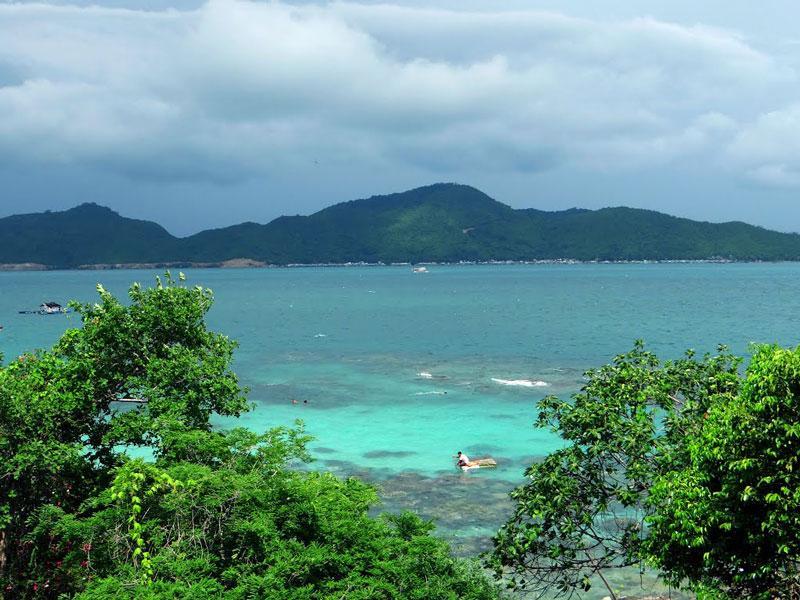 Đảo nằm cách thành phố Nha Trang khoảng 50 km. Ảnh: XDAT.