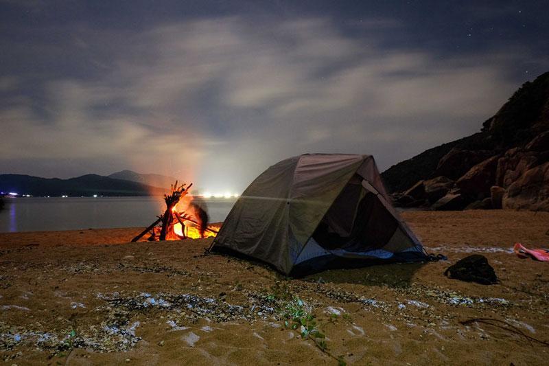 Ngoài ra, đốt lửa trại qua đêm trên bãi biển cũng rất hấp dẫn. Ảnh: Xuân Tiến.