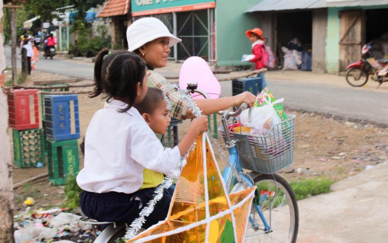 Một Trung thu ấm áp cho các em học sinh đồng bào Tày, Nùng, Khơ me, Raglai... huyện miền núi Khánh Vĩnh.