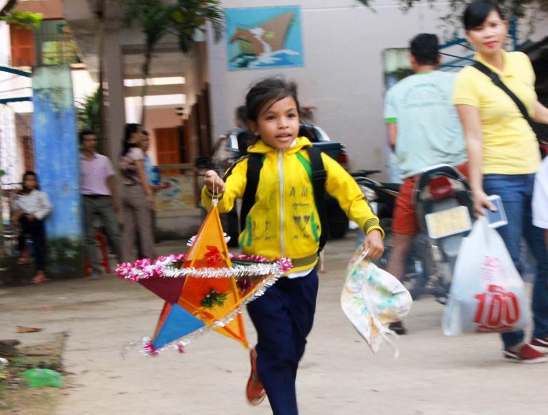Những em nhỏ vùng núi, hải đảo tỉnh Khánh Hòa có một Trung thu tràn ngập niềm vui, ấm áp.