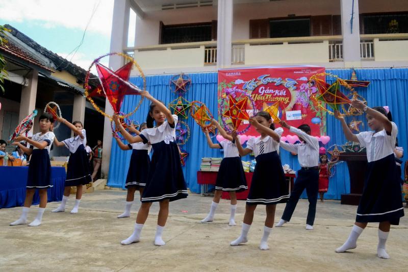 Các em cũng tham gia biểu diễn văn nghệ, hát múa các bài hát về Trung thu