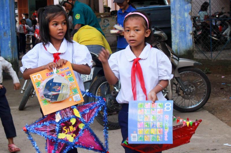 Thầy Tạ Văn Trinh - Hiệu trưởng trường tiểu học Cầu Bà cho biết, 80% học sinh trong trường thuộc diện hộ nghèo, nhưng không vì vậy mà các em bỏ trường, bỏ lớp.