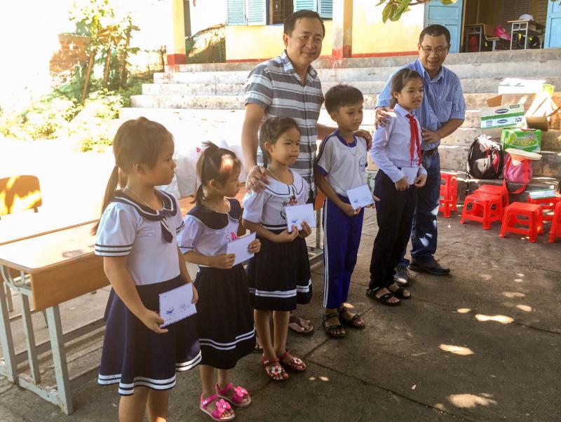 CLB phóng viên thường trú tại Khánh Hòa đến Vũng Ngán, đảo Hòn Trẻ tổ chức Trung thu, tặng quà cho 45 em học sinh tại đây.