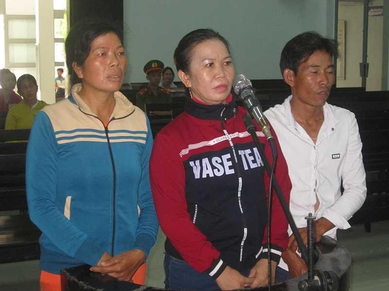 Ba bị cáo Đào, Loan, Trung trước vành móng ngựa. Ảnh: H.VĂN