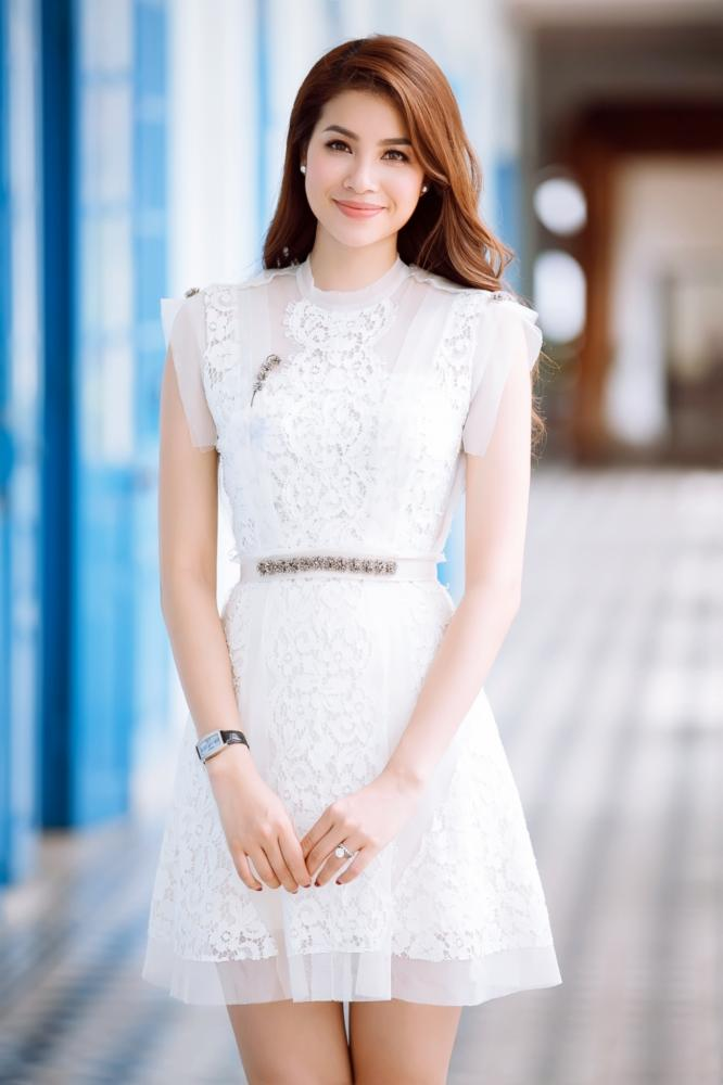Chiếc váy được thiết kế phối ren và sheer khá đơn giản nhưng tinh tế