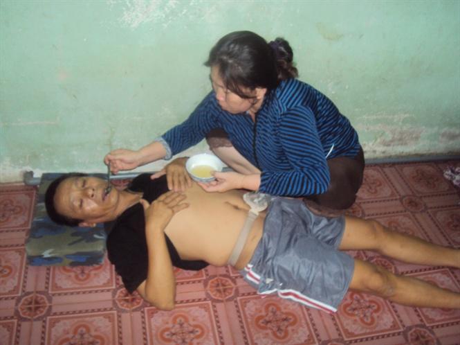 Vì không còn tiền nên chị Hạnh đưa chồng về nhà chăm sóc
