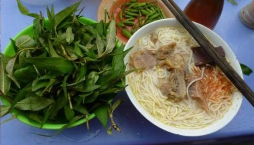 Tô bún giản dị với rau ăn kèm độc đáo của quán bún bò Phan Thiết. Ảnh sưu tầm.