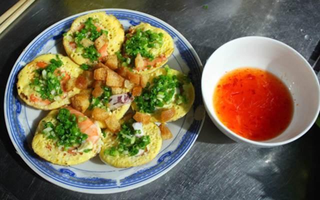 Bánh làm từ bột gạo, mỡ hành, nhân thì có trứng cút hoặc trứng gà đánh nhuyễn. Khách có thể húp nước chấm mà không lo mặn bởi vị của nó rất ngon, vừa ăn. Ảnh: Foody.vn.