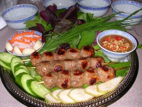 Món ăn này hấp dẫn nhờ vị ngọt ngọt chua chua dậy mùi thơm của thịt lên men, và kết cấu dai của nạc, giòn của bì. Ảnh: sites.google.com.