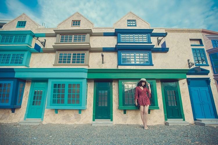 Những ngôi nhà tại địa điểm check-in này là sự kết hợp khéo léo giữa những gam màu xanh, trắng và chất liệu gỗ đã tạo nên 1 không gian vô cùng hiện đại nhưng vẫn ẩn trong mình những nét mộc mạc, bình dị.