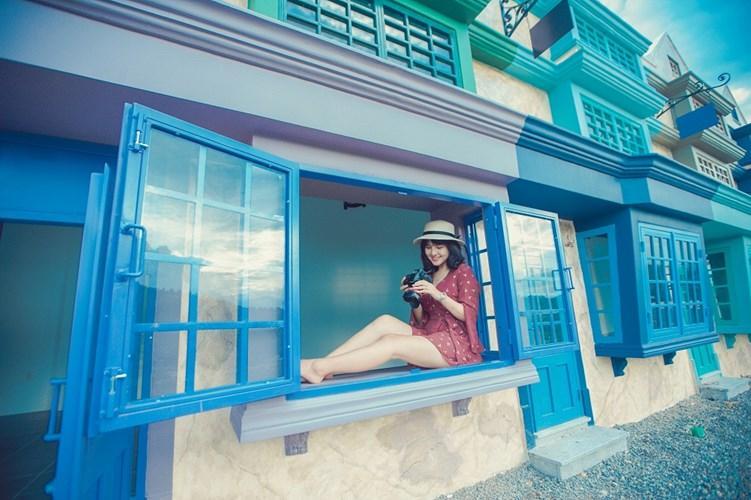 Những cách cửa sổ màu xanh cùng cùng bức tường mà màu trắng, quang cảnh xung quanh bạn chẳng khác gì