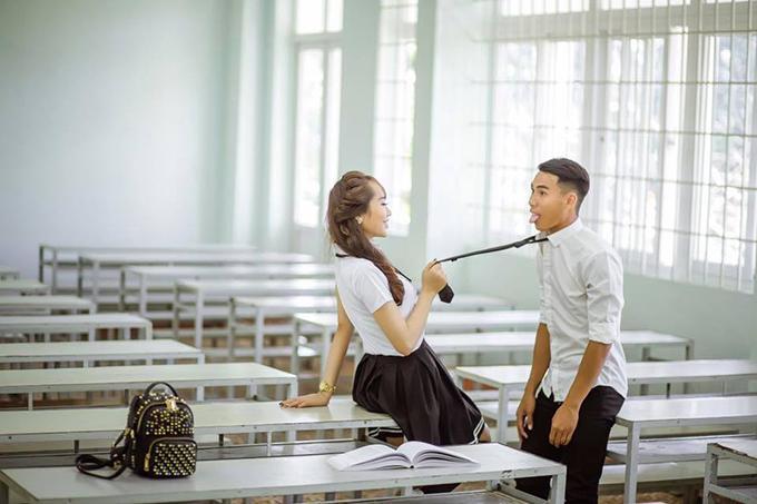 Cặp đôi tạo dáng tinh nghịch, biểu cảm xì teen trong lớp học.