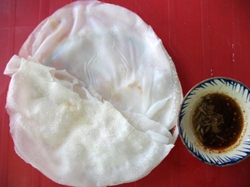 Bánh sẽ ngon hơn khi được ăn kèm với nước chấm cay và rau sống tươi. (Nguồn: diadiemanuong.com)