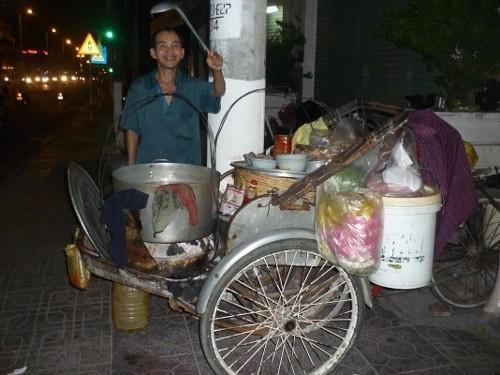 Xe xích lô bánh canh nằm trên đường Lê Thánh Tôn. (Nguồn: tintuc.khanhhoa79.com)